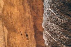 Vue aérienne de plage d'océan avec les vagues énormes par le désert