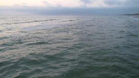 Vue aérienne de plage sablonneuse au coucher du soleil banque de vidéos