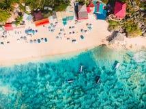 Vue aérienne de plage sablonneuse avec l'eau de mer de turquoise et les bateaux locaux de tradition, tir de bourdon photographie stock libre de droits
