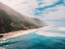 Vue aérienne de plage sablonneuse et de bel océan Tir de bourdon Image stock