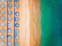 Vue aérienne de plage stupéfiante avec les parapluies et la mer bleus de turquoise, Grèce photos stock