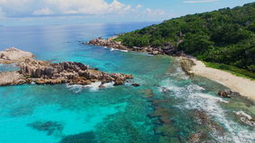 Vue aérienne de plage tropicale (Anse grand) sur l'île de Digue de La, Seychelles