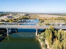 Vue aérienne de pont de soldats de la paix au-dessus de rivière du Dniestr dans la cintreuse de Bendery, dans le Transport-Dniest image stock