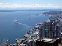 Vue aérienne de Puget Sound avec des bateaux quittant le port, S du centre Photos stock