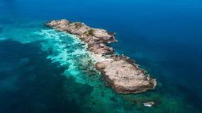 Vue aérienne de Pulau Tokong Kemudi, Terengganu, Malaisie Plage tropicale d'isolement image libre de droits