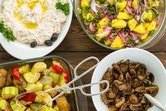 Vue aérienne de quatre plats végétaux savoureux image libre de droits