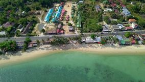 Vue aérienne de région de Residental avec le logement et de transport se déplaçant le long de la route près de Sandy Beach et du  clips vidéos