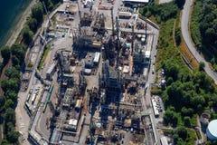 Vue aérienne de raffinerie de pétrole dans déprimé gauche photographie stock