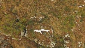 Vue aérienne de représentation de la formation par le maître sur la roche d'or banque de vidéos