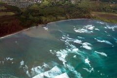Vue aérienne de ressac martelant la côte de la baie de Kahului sur l'île de Maui en Hawaï Photographie stock