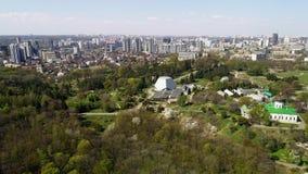 Vue aérienne de ressort dans un jardin botanique Kyiv, Ukraine clips vidéos
