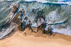 Vue aérienne de rivage rocheux Dudley Beach - à Newcastle Austr images libres de droits