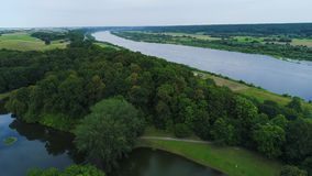 Vue aérienne de rivière dans les domaines banque de vidéos