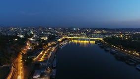 Vue aérienne de rivière dans une ville de rivière ci-dessus dans la nuit clips vidéos