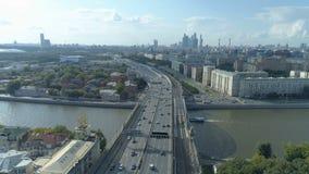 Vue aérienne de rivière de Moskva et de troisième rocade de transport à Moscou clips vidéos