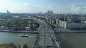 Vue aérienne de rivière de Moskva et de troisième rocade de transport à Moscou banque de vidéos