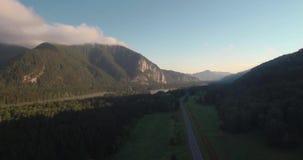 Vue aérienne de route avec le paysage de montagne brume de matin au-dessus des montagnes 4K banque de vidéos