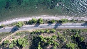 Vue aérienne de route côtière à côté de petite plage de turquoise dans le secteur de Nea Skioni dans le mouvement de Halkidiki Gr banque de vidéos