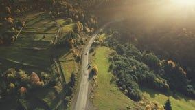 Vue aérienne de route de campagne de scène de montagne d'entraînement de voiture banque de vidéos