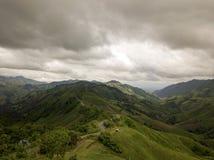 Vue aérienne de route de campagne sur la montagne photos stock
