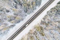 Vue aérienne de route dans la forêt d'hiver Images libres de droits