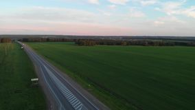 Vue aérienne de route en été au coucher du soleil clips vidéos