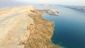 Vue aérienne de route par le paysage stérile de l'île de PAG en Croatie banque de vidéos