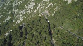 Vue aérienne de route de serpentine de montagne avec des camions et des voitures barre Serpentine de circulation routière en haut clips vidéos