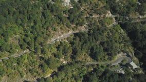 Vue aérienne de route de serpentine de montagne avec des camions et des voitures barre Serpentine de circulation routière en haut banque de vidéos