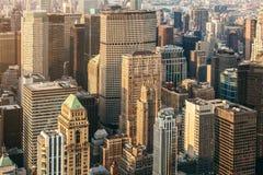 Vue aérienne de rue de New York City Manhattan avec la circulation de gratte-ciel, piétonnière et occupée Vue d'Empire State Buil photo stock