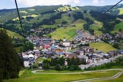 Vue aérienne de Saalbach de funiculaire de X-presse de Schattberg, Autriche Photos stock