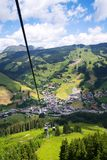 Vue aérienne de Saalbach de funiculaire de X-presse de Schattberg, Autriche Photographie stock libre de droits