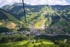 Vue aérienne de Saalbach de funiculaire de X-presse de Schattberg, Autriche Images stock
