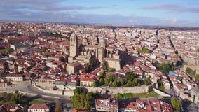 Vue aérienne de Salamanque avec la cathédrale historique élevée au-dessus de la ville, Espagne banque de vidéos