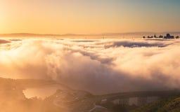 Vue aérienne de San Francisco au-dessus du brouillard images libres de droits