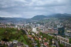 Vue aérienne de Sarajevo pendant un nuageux et rainly jour de ressort Photos stock