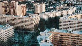 Vue aérienne de secteur de dortoir avec les maisons multi d'histoire couvertes dans la neige clips vidéos