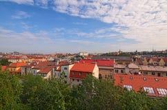 Vue aérienne de secteur résidentiel à Prague Bâtiments avec des toits de tuile rouge, beaucoup d'arbres Ciel vibrant coloré photos libres de droits
