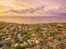 Vue aérienne de secteur suburbain côtier typique Photos stock