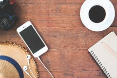Vue aérienne de smartphone avec la tasse de l'appareil-photo de café et le carnet sur en bois Photos libres de droits