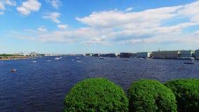 Vue aérienne de St Petersburg sur la rivière Neva clips vidéos