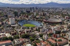 Vue aérienne de stade de football et d'arène de corrida dans ci du Mexique Image libre de droits