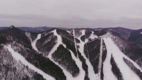 Vue aérienne de station de sports d'hiver dans les montagnes banque de vidéos