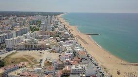 Vue aérienne de station de vacances de Quarteira pendant le jour ensoleillé, Algarve, Portugal banque de vidéos