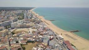 Vue aérienne de station de vacances de Quarteira pendant le jour ensoleillé, Algarve, Portugal clips vidéos