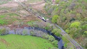 Vue aérienne de Steamtrain conduisant par le parc national de Snowdonia au Pays de Galles - au Royaume-Uni banque de vidéos