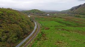 Vue aérienne de Steamtrain conduisant par le parc national de Snowdonia au Pays de Galles - au Royaume-Uni clips vidéos