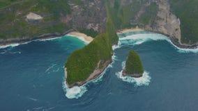 Vue aérienne de stupéfier l'île tropicale avec la falaise, l'eau bleue, sable blanc, vagues clips vidéos