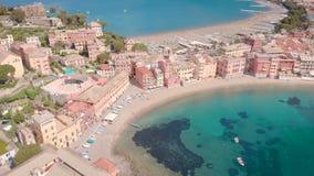 Vue aérienne de stupéfier les baies naturelles de la ville de Sestri Levante en Italie par temps ensoleillé en été, l'eau bleue clips vidéos