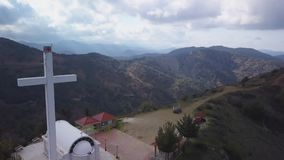 Vue aérienne de stupéfier les montagnes pittoresques en Chypre, grande croix commémorative banque de vidéos
